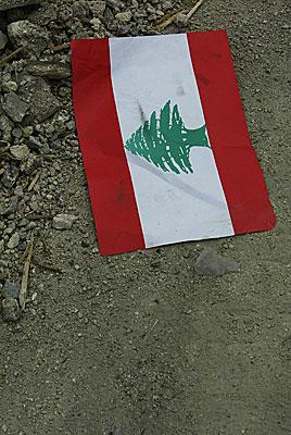 Et libanesisk flag fotograferet efter en bo,bning af en militærpost.